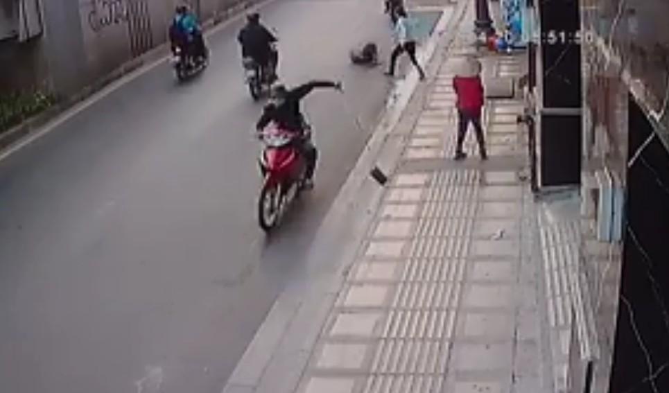 cướp giật ở Sài Gòn, tài xế tông xe vào cướp