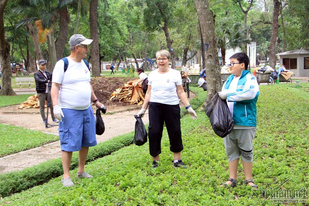 Đại sứ Mỹ tham gia thu gom rác  trong công viên Thống Nhất