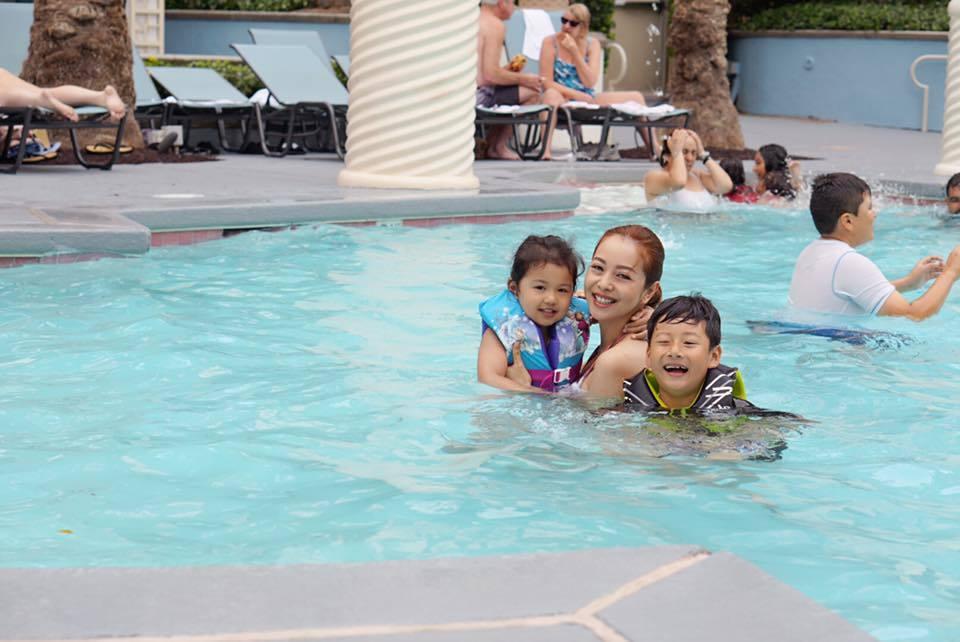 Jennifer Phạm đưa 3 con tới Las Vegas cùng em gái