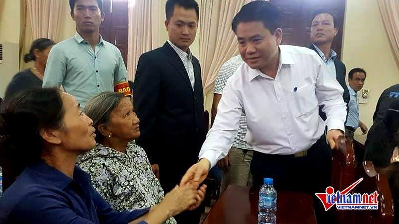 Chủ tịch Hà Nội Nguyễn Đức Chung bắt tay bà con xã Đồng Tâm trước khi bắt đầu cuộc gặp gỡ