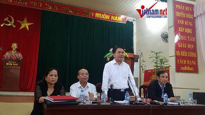 Bàn chủ tọa ngoài ông Nguyễn Đức Chung (đứng) có Phó bí thư thành ủy Đào Đức Toàn (phải), đại biểu Quốc hội Đỗ Văn Đương và Bí thư đảng ủy xã Đồng Tâm Nguyễn Thị Lan.