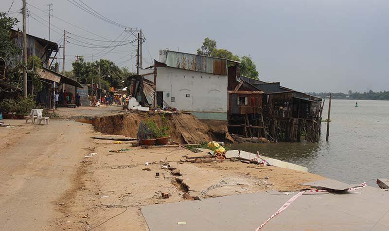 Ban bố tình trạng khẩn cấp vì nhà dân bị 'hà bá' lôi sông