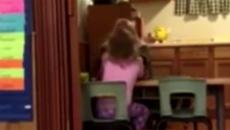 Bé gái khóc nấc lên sợ hãi trước hành động của bảo mẫu