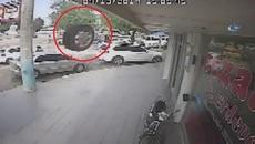 Lốp ô tô bay trúng 2 người đàn ông đang ngồi trong nhà