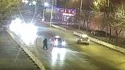 10 clip 'nóng': Nụ hôn định mệnh của cặp đôi ôm nhau giữa đường