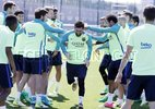 """Messi bị """"đánh hội đồng"""" trên sân tập trước trận El Clasico"""