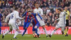 Siêu kinh điển: Messi làm cật lực, Ronaldo rung đùi ăn cỗ