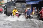 Mưa lớn kèm giông lốc giữa trưa, đường Sài Gòn lại ngập