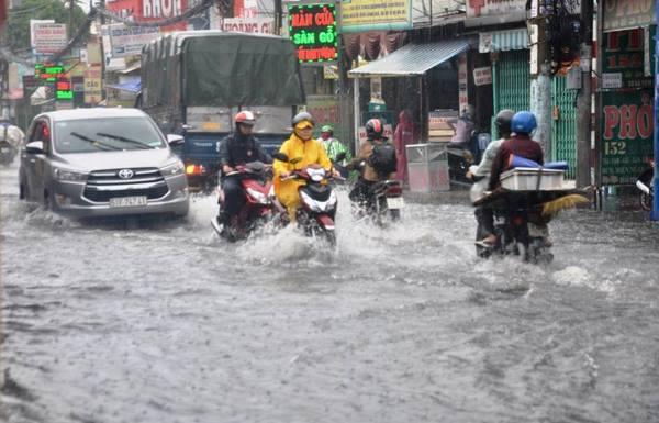 Mưa lớn, mưa trái mùa, đường phố Sài Gòn ngập nặng
