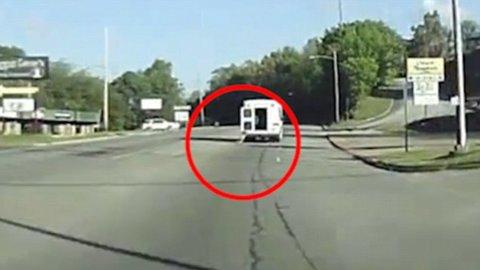 Bé 4 tuổi rơi ra khỏi xe tải
