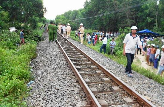 Tàu hỏa đâm nát ô tô, 4 người chết