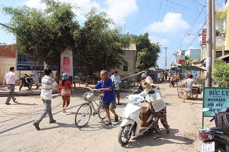 Sạt lở ở An Giang: Dân mất nhà, mắc võng ngủ trong chùa