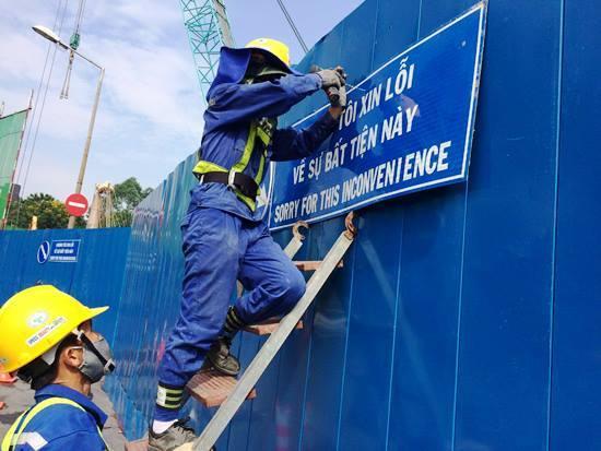 Lắp biển chỉ dẫn giao thông bằng song ngữ Việt- Anh ở Sài Gòn
