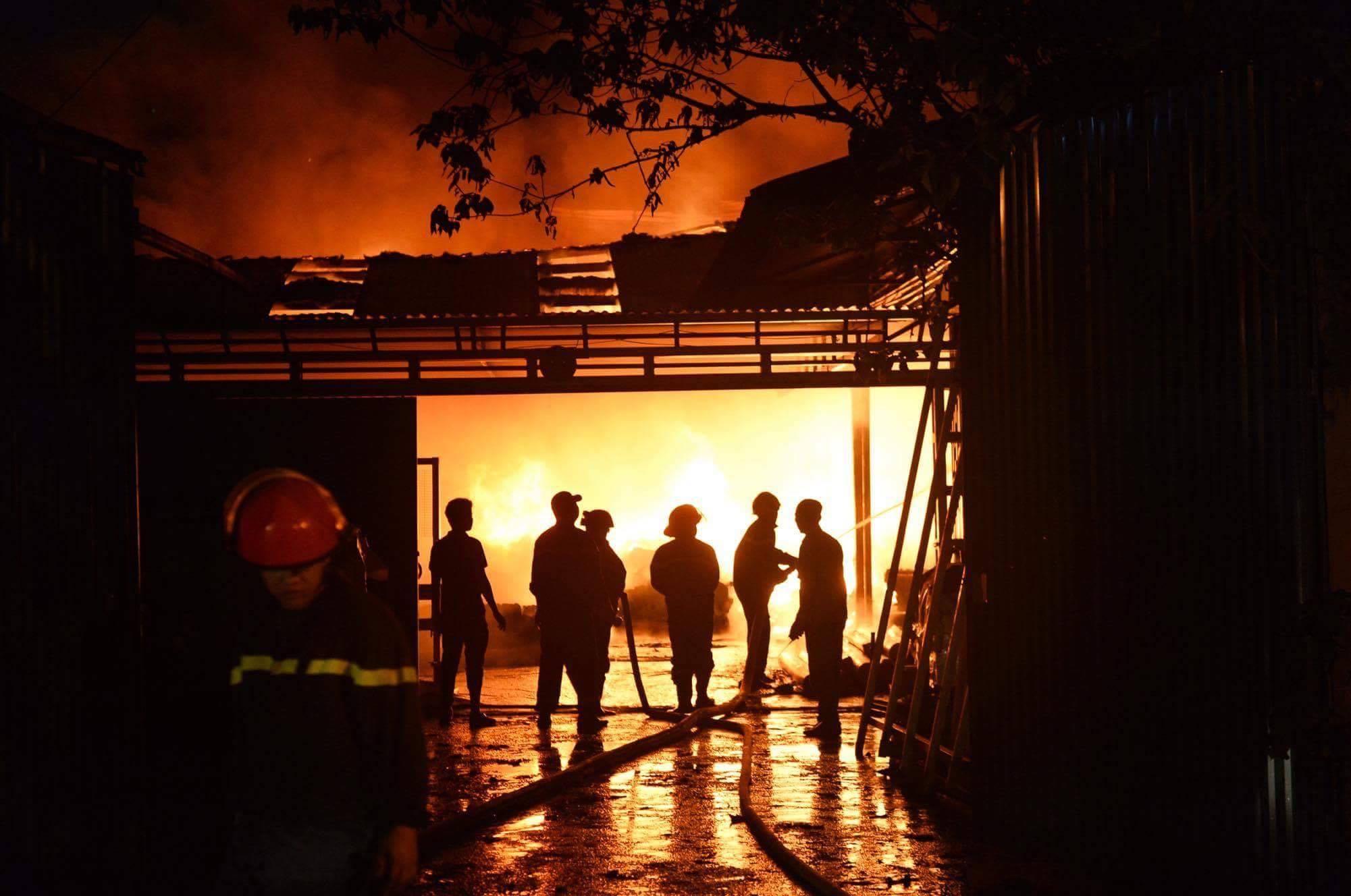 Hà Nội: Gara ô tô cháy ngùn ngụt kèm nổ lớn cạnh chùa Ngòi