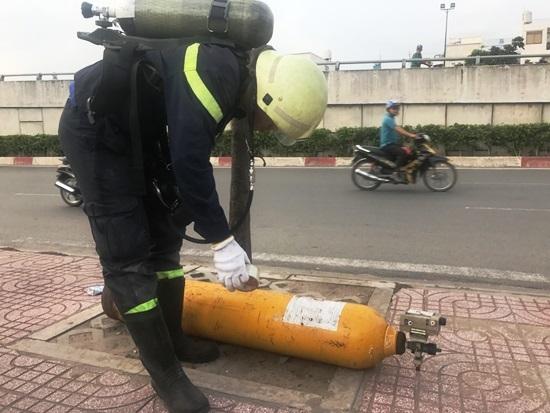 'Vật thể lạ' nghi chứa chất lỏng cực độc vứt bên đại lộ ở Sài Gòn