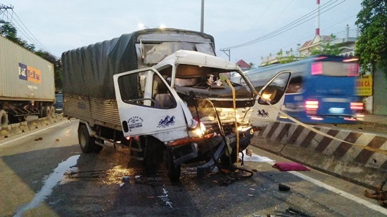Tách xe tải khỏi đuôi container lấy xác tài xế ở Sài Gòn
