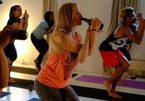 Xem chị em vừa tập yoga vừa uống bia