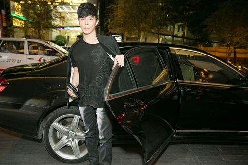 Nathan Lee đi xe sang, diện set đồ cả tỷ đồng