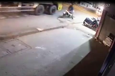 Thanh niên cố vượt xe tải, vấp mô vỉa hè, bị cán tử vong