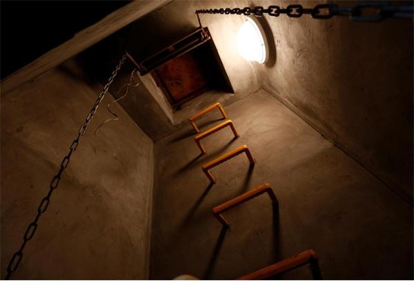 Dân Nhật đổ xô mua hầm tránh bom, máy lọc khí độc