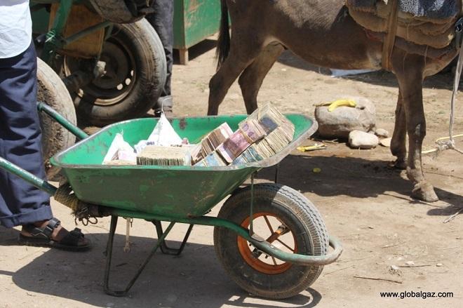 Bí ẩn đất nước nghèo tới mức dân chẳng có gì ngoài... tiền