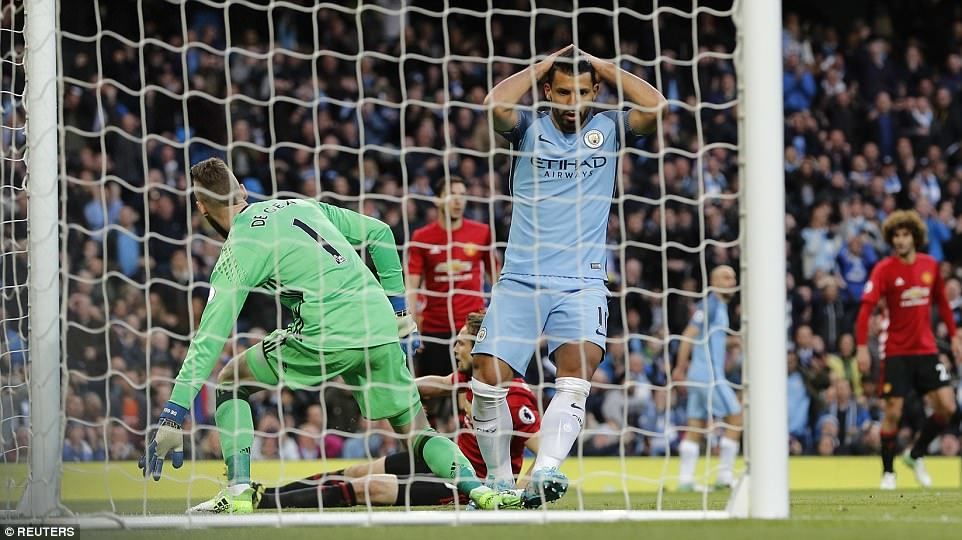 Chiếu lại cảnh Man City khóc thét trước hàng thủ MU