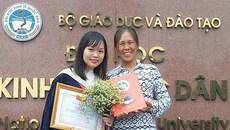 Bức ảnh hạnh phúc của người mẹ nông dân trong ngày con gái tốt nghiệp