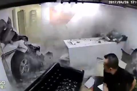 Xế hộp từ gara húc thẳng vào phòng làm việc