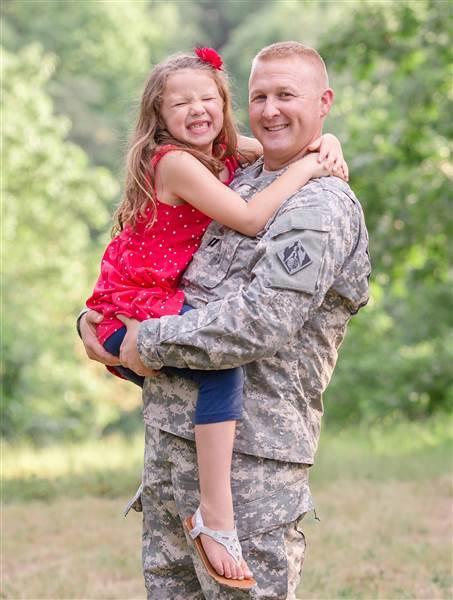 Video xúc động người quân nhân gặp lại con gái sau 7 tháng xa cách