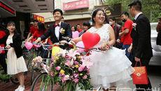 Cô dâu, chú rể chơi trội với màn rước dâu bằng 50 chiếc xe đạp