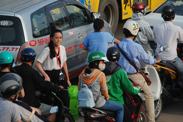 Đường vào sân bay Tân Sơn Nhất kẹt cứng, hành khách vác vali chạy bộ