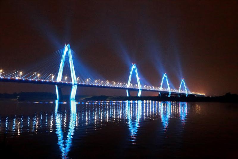 Cầu Nhật Tân lung linh với 16 triệu gam màu