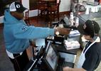 Truy lùng tên cướp dùng súng uy hiếp nhân viên cửa hàng