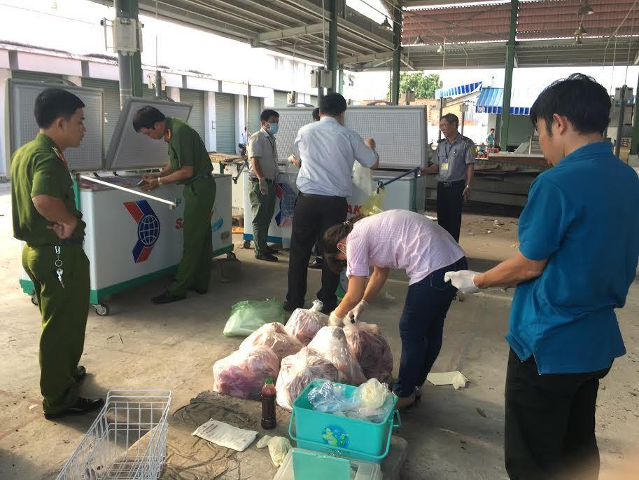 Hàng trăm kg thịt thối tuồn ra chợ