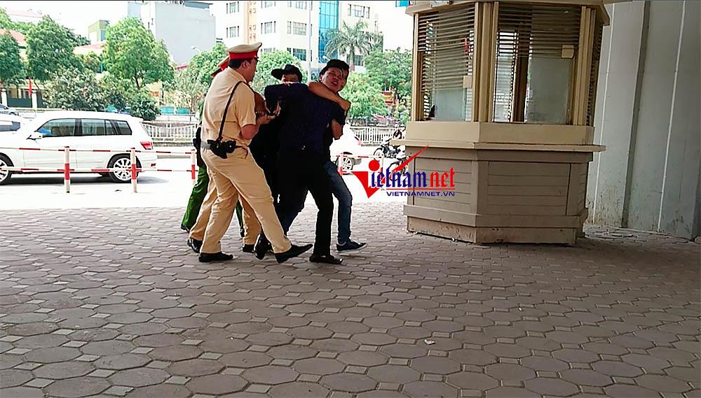 Hà Nội: Nam thanh niên bị còng tay ở bốt CSGT