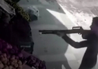 Chủ hàng rau dùng cà chua đánh bại tên cướp có súng