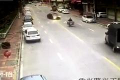 Ô tô mất lái đâm liên tiếp trước khi lật ngửa