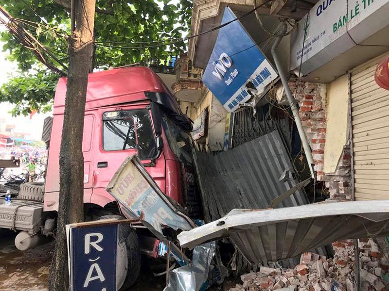 Container nổ lốp lao vào nhà dân, cửa ngõ Thủ đô tê liệt