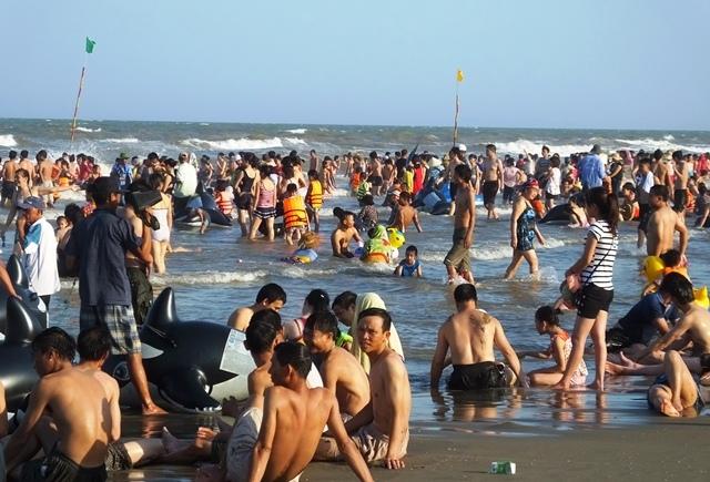 Đổ xô ra biển, chen nhau từng mét để tắm