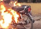 Bị CSGT phạt, nam thanh niên châm lửa đốt xe máy