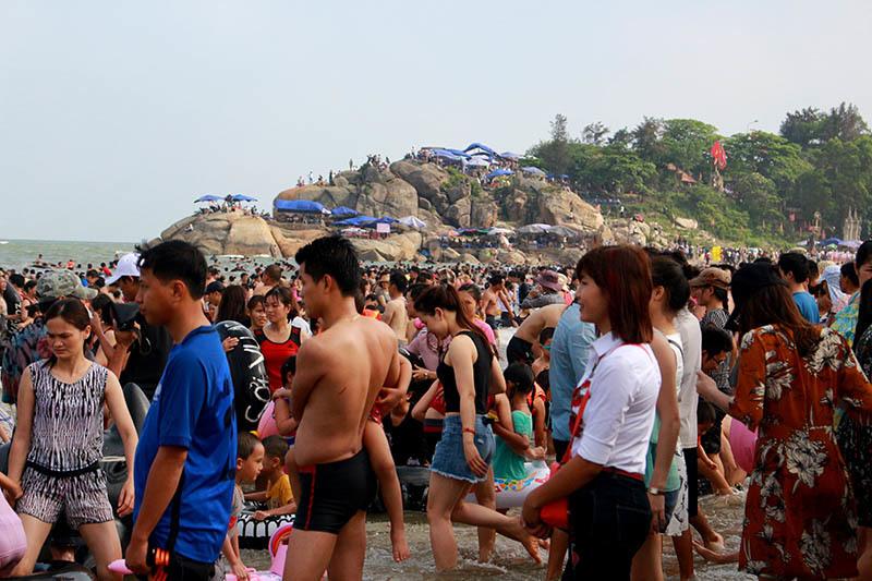 Biển Sầm Sơn đông đặc, khách Hà Nội quay xe bỏ về