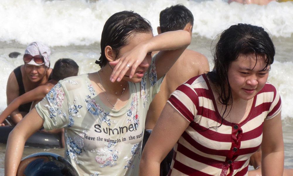 Cô gái có hình xăm lạ mắt giữa biển người Sầm Sơn