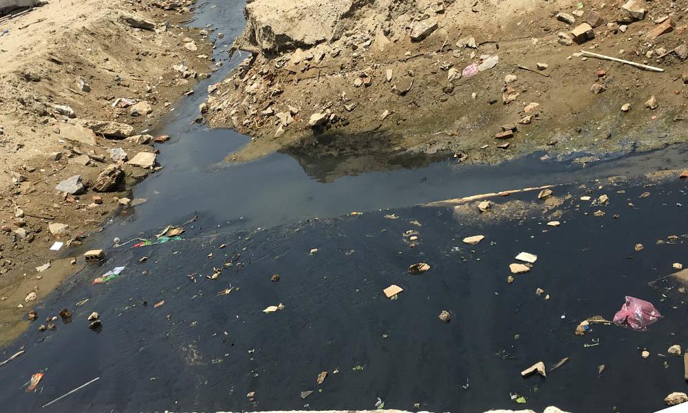 Sầm Sơn: Du khách vô tư tắm bên khe nước thải đen