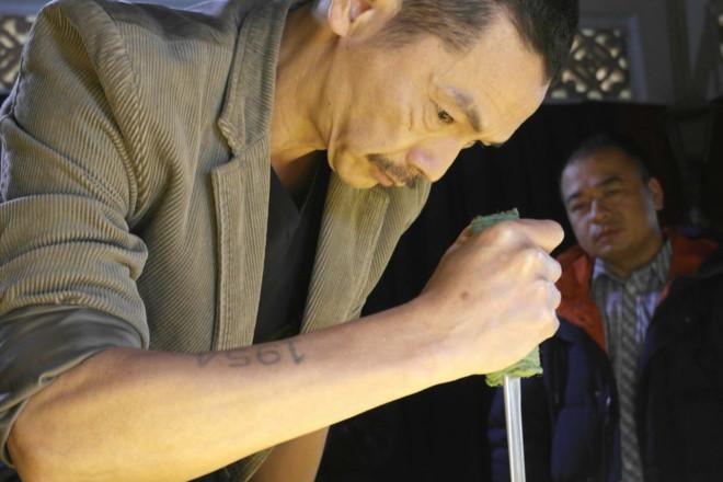 Lương Bổng 'Người phán xử' cháy da mặt vì vết sẹo hóa trang