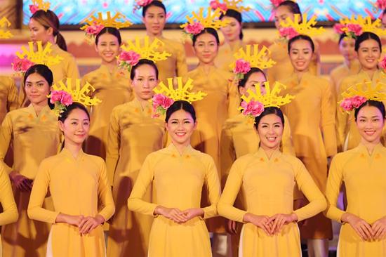 Á hậu Thanh Tú đẹp ngọt ngào giữa ngàn hoa