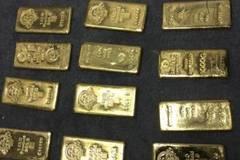 Két chứa tiền tấn, vàng miếng la liệt dưới giường