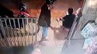 Cướp táo tợn giật điện thoại trên tay người phụ nữ trước cửa nhà