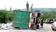 Xe container lật ngang đè chết người ở Đắk Nông