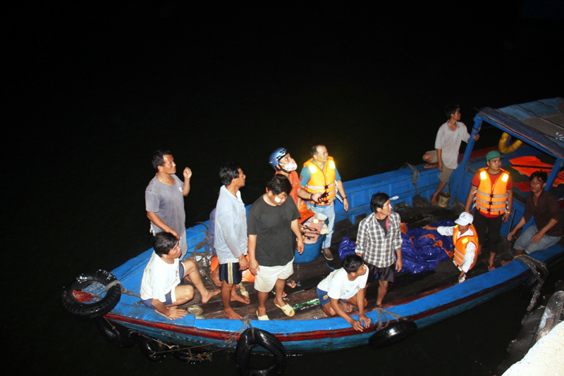 Ngư dân run rẩy kể phút giành giật sự sống giữa biển