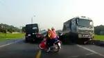 Xe tải phi ngược chiều nuốt gọn xe máy, 2 người chết thảm